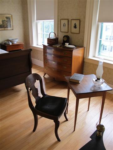 Cômoda no quarto de Emily Dickinson - os móveis originais estão em Harvard